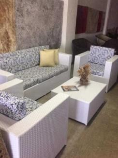Bộ bàn ghế sofa màu trắng có bọc nệm in hình hoa văn