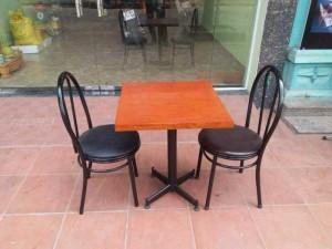 Bộ bàn gỗ mặt vuông và ghế gỗ bọc nệm,giao hàng toàn quốc