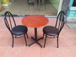 Bộ bàn gỗ mặt tròn và ghế gỗ bọc nệm,1 bàn +2 ghế