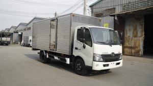Xe tải Hino XZU730L 4.5 tấn thùng kín inox, trả trước 100 triệu giao xe trong ngày