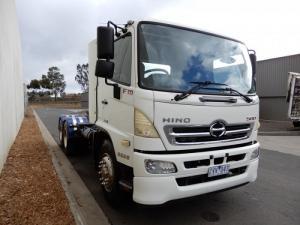 Xe tải đầu kéo Hino 2 cầu, trả trước 300 triệu giao xe trong ngày