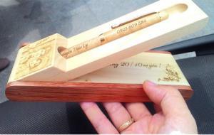 Hộp bút gỗ khắc chữ ( mẫu 7 )
