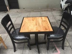 Bộ bàn gỗ và ghế bọc nệm sang trọng