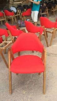 Ghế gỗ nhựa màu đỏ có tay vịn