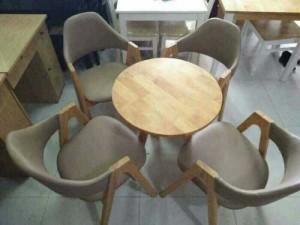 Bộ bàn tròn kết hợp với ghế bọc nệm màu nâu