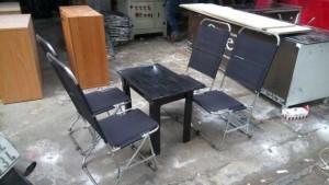 Bàn gỗ và ghế xếp lưới vỉa hè
