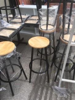 Ghế gỗ có chân sắt cao
