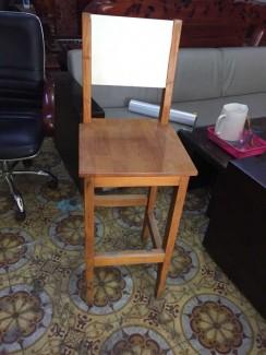 Ghế gỗ chân cao có lưng tựa tại nội thất Hoàn...