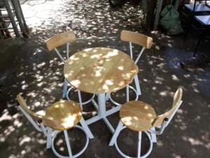 Bộ bàn ghế gỗ tròn dành cho sân vườn