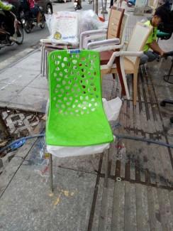 Ghế nhựa màu xanh lá cây đẹp