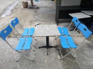 Bàn mặt đá và ghế xếp màu xanh