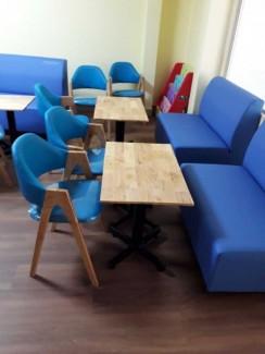Bộ sofa màu xanh dương và ghế bọc nệm