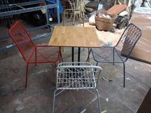 Bàn gỗ mặt vuông và ghế sắt cao cấp