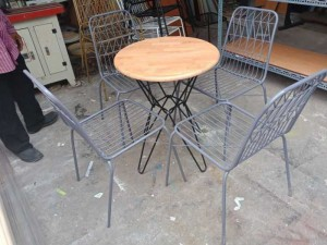 Bàn vuông mặt gỗ kết hợp với ghế sắt giá rẻ