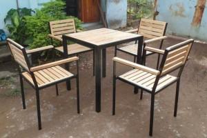 Bàn ghế gỗ chân chân sắt cao