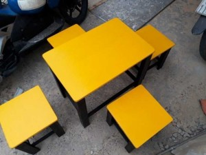 Bàn vuông mặt gỗ màu vàng chanh