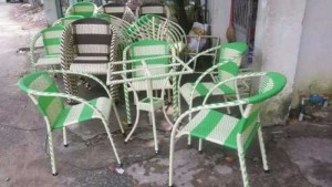 Bàn ghế mây nhựa màu xanh lá cây với màu trắng