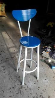 Ghế gỗ mặt tròn màu xanh dương có lưng cao