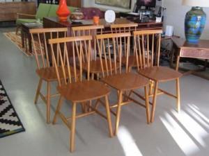 Ghế gỗ sơn bóng có lưng tựa