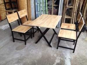 Bàn gỗ xếp với ghế gỗ