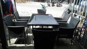 Bàn vuông mặt kính với ghế mây nhựa màu đen