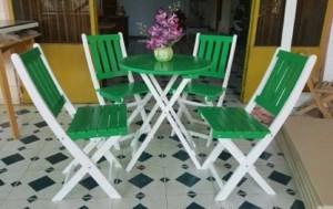 Bàn ghế gỗ xếp màu xanh lá cây đẹp