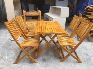 Bộ bàn ghế gỗ xếp được dùng trong quán ăn