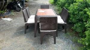 Bộ bàn ghế mây đan nhựa có bọc nệm màu trắng sân vườn