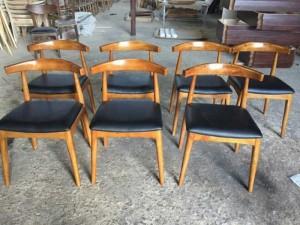 Ghế gỗ bọc nệm có tay cầm