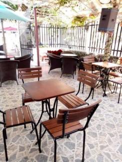 Bàn ghế gỗ trong quán cafe