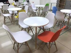Bàn ghế nhựa đủ màu trong văn phòng