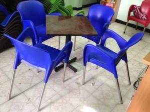 Bàn ghế nhựa nữ hoàng màu xanh dương đậm