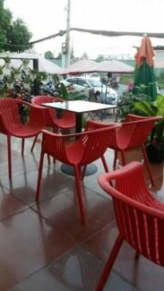 Ghế nhựa rộng màu đỏ phong cách mới cho quán cafe