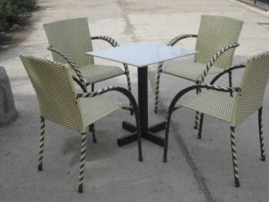 Bộ bàn ghế mây nhựa màu kem