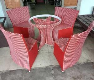 Bộ bàn ghế nhựa giả mây màu đỏ siêu đẹp