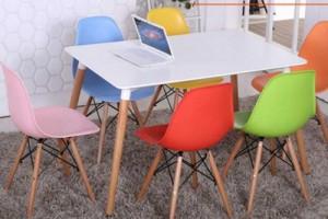 Bộ bàn ghế nhựa được dùng trong văn phòng công ty