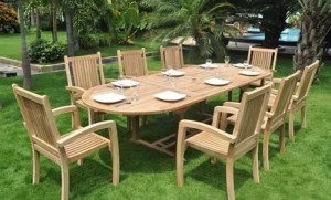 Cần bán bộ bàn ghế gỗ ngoài sân vườn