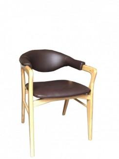 Ghế gỗ có bọc nệm màu nâu và lưng tựa
