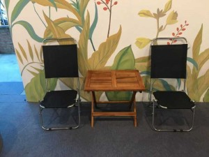 Bàn gỗ và ghế lưới xếp trong kinh doanh cafe