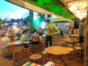 Bàn ghế gỗ được sử dụng rộng rãi trong kinh doanh quán ăn
