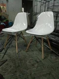 Ghế nhựa trắng vừa mới sản xuất