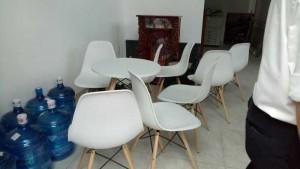 Ghế nhựa chân gỗ chuyên cho kinh doanh cafe, trà sữa, sử dụng được trong văn phòng