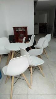 Ghế nhựa chân gỗ màu trắng