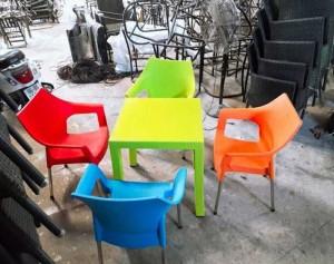 Cần bán bàn ghế nhựa nhìu màu