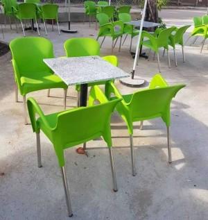 Lô bàn vuông mặt đá với ghế nhựa
