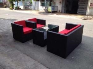 Sofa mây nhựa đen kèm với lót nệm đỏ