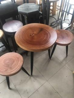 Bàn gỗ trờn và ghế tròn 4 chân