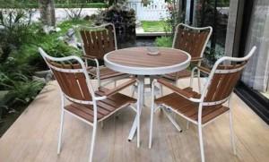 Bàn ghế gỗ được kinh doanh trong khu nghĩ dưỡng