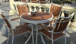 Bàn ghế gỗ cafe kinh doanh trong khu nghĩ mát
