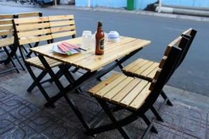 Ghế gỗ xếp trong quán nhậu